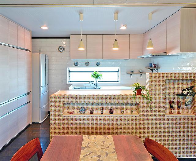 タイルの彩りで自分らしいキッチンに:キッチン