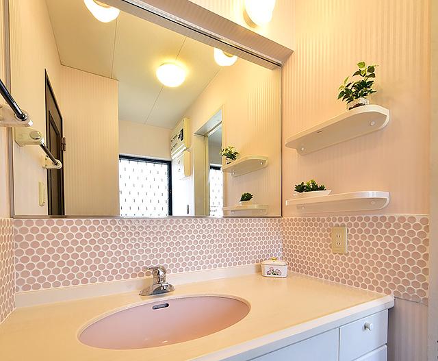 タイルの彩りで自分らしいキッチンに:洗面所