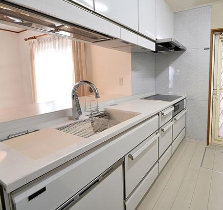 埼玉県草加市 - 収納力をアップして使いやすいキッチンに